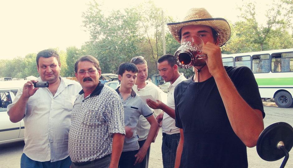 Der Deutsche trinkt ein Bier! - Noch nicht mal Trinken kann man ohne Beobachtung ;)