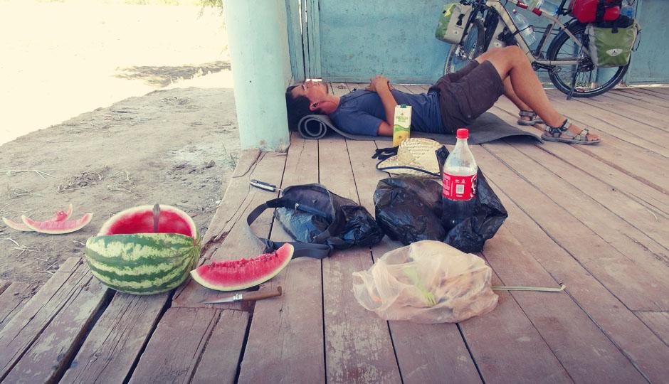 Die Melonen in Uzbekistan und Umgebung sind berühmt für ihren Geschmack. Wir sind überrascht, dass Sie trotz der Hitze nach dem aufschneiden, schnell runterkühlen und erfrischen.
