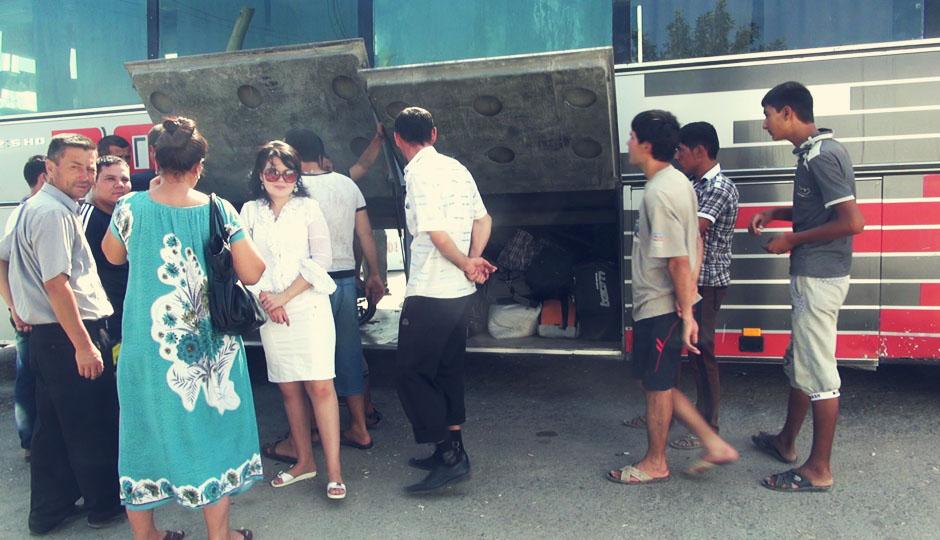 """Trotz usbekischer Hilfe zahlen wir für die Busfahrt den """"Touristenpreis""""..."""