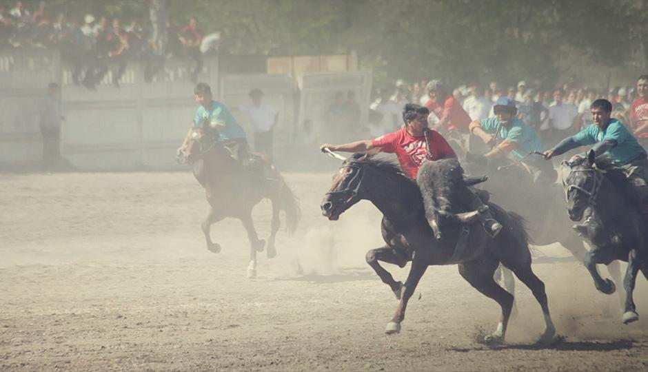 """Sobald der Reiter es geschafft hat die Ziege auf sein Pferd zu ziehen, muss er versuchen, sie schnellstmöglich in ein """"Tor"""" zu befördern."""