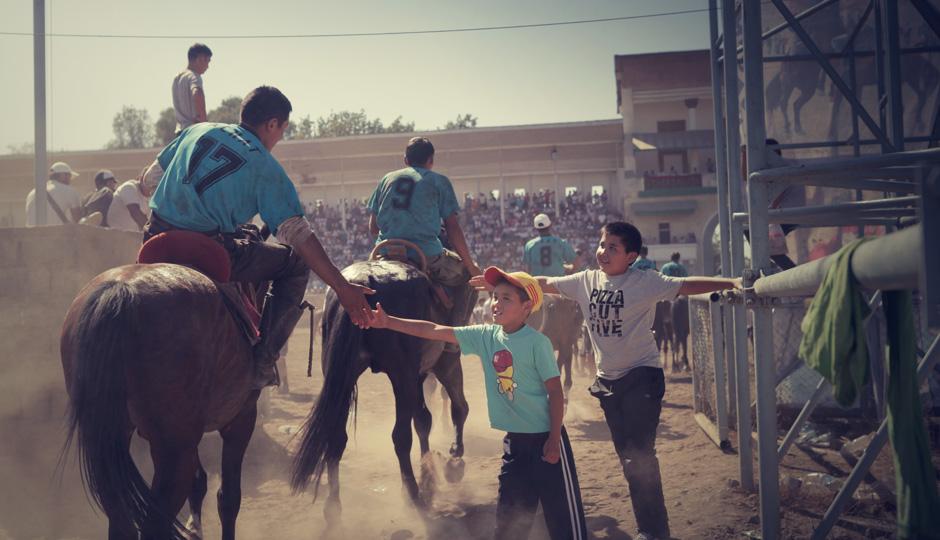 So wie in Europa die Fußballspieler, sind hier die Reiter die Helden der Kinder...