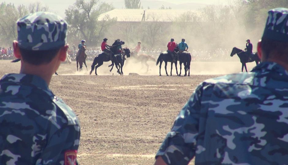 Selbst die Pferde scheinen mit den Artgenossen der gegnerischen Mannschaft auf Kriegshuf zu stehen.