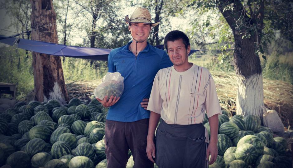 Auch wenn die Leute hier nicht viel haben, weigert sich der Mann standhaft uns für die Melone zahlen zu lassen. Dankeschön!