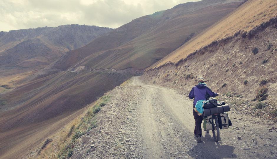 Am nächsten Tag folgt der Aufstieg - und das im wahrsten Sinne des Wortes. Oft schieben wir unsere Räder, da keine Kraft mehr in unseren Beinen steckt.