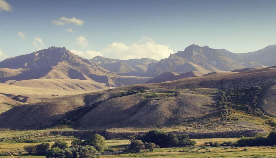 """Links und rechts des """"Tals"""" durch das wir staunend fahren, erheben sich die Berge."""