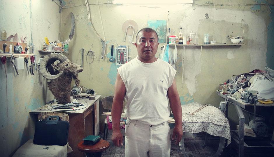 Khalil fertigt Möbel, Figuren und allerelei Anderes aus kirgisischen Tier- und Naturmaterialien