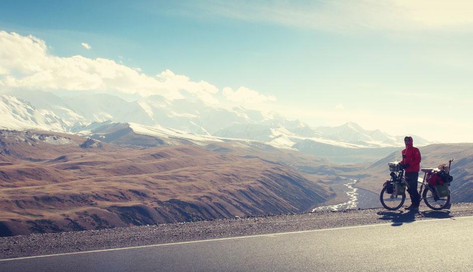 Am liebsten würden wir gar nicht weiter fahren: Ein letzter Blick auf die schneebedeckten Berge, bevor es hinunter geht.