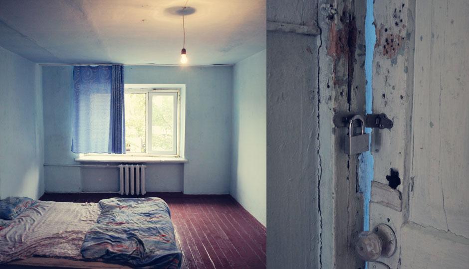 Nichtmal 3 Euro zahlen wir für dieses bescheidene Zimmer. Der Nachteil: wir müssen es mit Kakerlaken teilen. Und auch die Türen sehen nicht gerade beruhigend aus.
