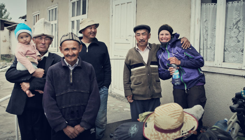 Nicht immer begegnen uns die Kirgisen so freundlich wie diese Gruppe Männer. Besonders wenn Alkohol im Spiel ist, kann es auch mal ungemütlich werden...