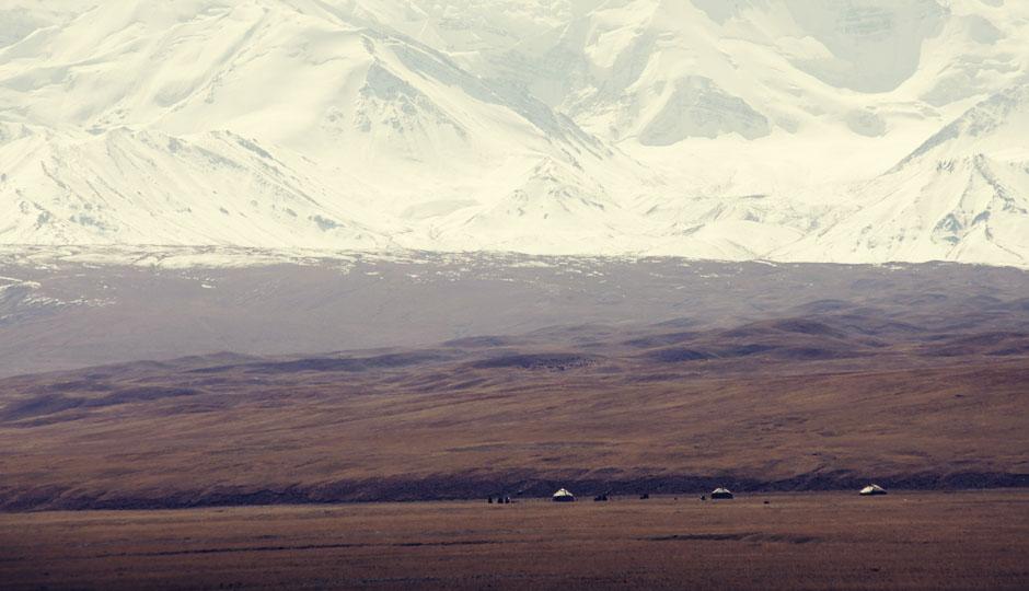 Kaum zu erkennen: Vor den Schneegiganten wirken die Jurten winzig