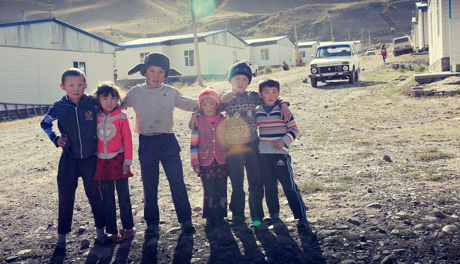 Es ist noch früh am Morgen. Wir wollen unsere letzten kirgisischen Som loswerden, daher holt einer der Jungs extra seine Mutter, die für uns ihren Laden öffnet. Sehr aufmerksam!