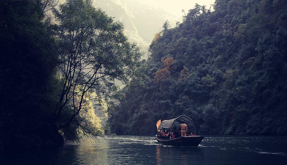 Auf kleineren Booten geht es um die schmaleren Schluchten