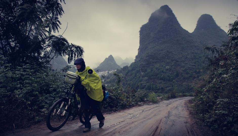Im Dauerregen und bei matschiger Berg- und Talfahrt schwinden die Kräfte