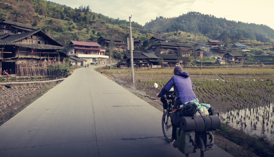 Auf schmalen Strassen geht es durch kleine urige Dörfer