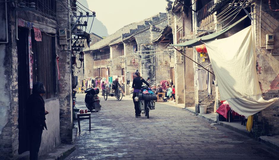 Von dort geht es in einer erholsamen Abfahrt in das über 1000 Jahre alte Dorf Xingping.