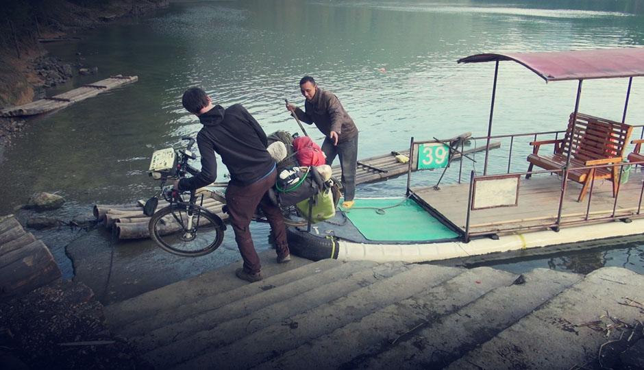 Da passt einmal Alles: Der Mann kommt mit seinem Boot wie gerufen und befördert uns samt Rädern auf die andere Seite.